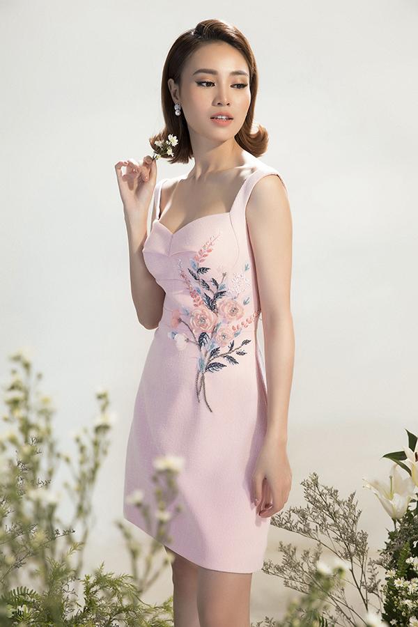 Hình ảnh hoa lá đâm chồi, chim muông gọi bầy thường được thể hiện sinh động trên trang phục áo dài truyền thống. Với các thiết kế này, nhà mốt Việt đã kết hợp một cách khéo léo hình ảnh quen thuộc với các kiểu dáng váy hiện đại.
