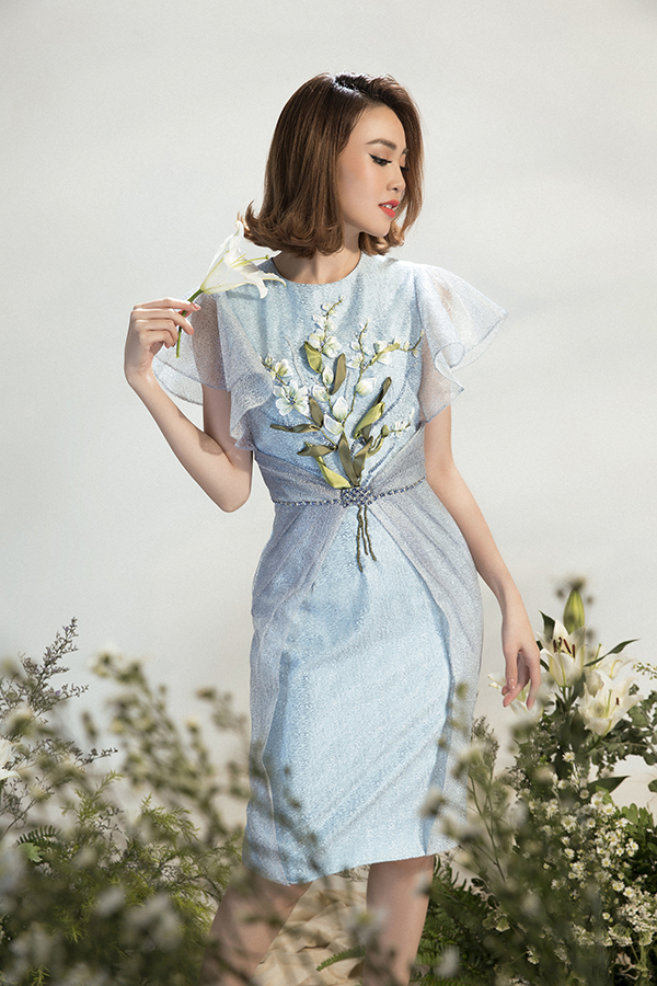 Từng tạo nên cơn sốt ở những mùa thời trang trước, bước vào năm 2018 trang phục thêu hoa ruy băng vẫn chiếm được cảm tình của phái đẹp.