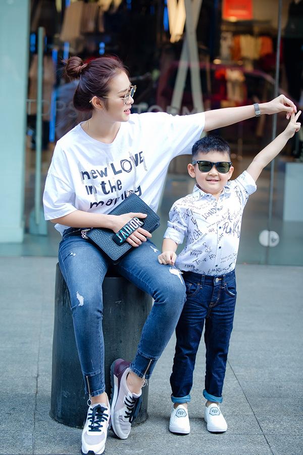 Con trai Diệp Bảo Ngọc mặc sành điệu dạo phố cùng mẹ - 8