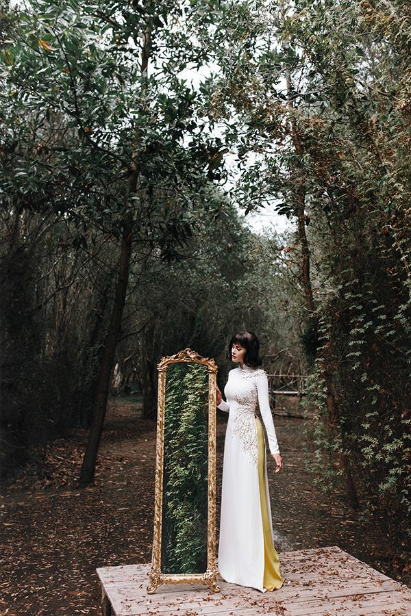 Vũ Thu Phương đích thân đảm nhận vai trò người mẫu của bộ hình với mong muốn truyển tải một cách sắc nét các mẫu áo dài xuân 2018.