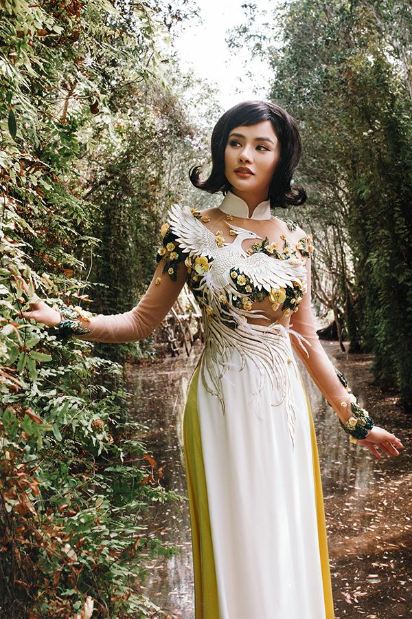 Qua hình ảnh chim phượng hoàng tung cánh giữa cỏ cây hoa lá, nhà thiết kếmuốn truyền tải thông điệp về một thương hiệu thời trang Việt có thể ngày càng bay cao bay xa hơn nữa không chỉ trong nước mà còn trên trường quốc tế.
