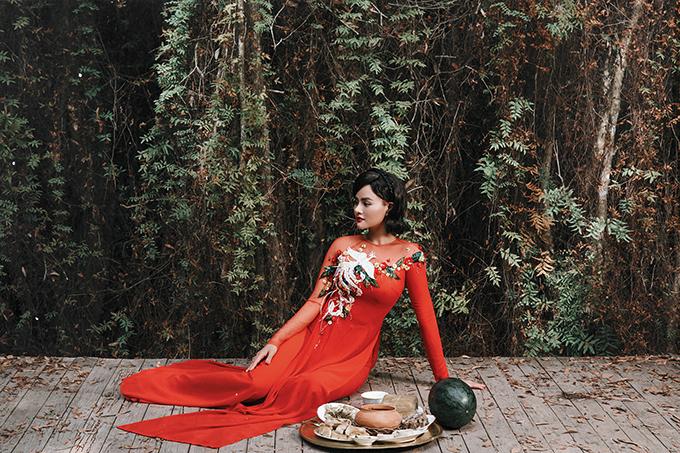 Vào dịp Tết Nguyên Đán, không chỉ các nhà thiết kế chuyên dòng thời trang áo dài mà nhiều nhà mốt Việt còn dành riêng cho phái đẹp bộ sưu tập trang phục truyền thống. Vũ Thu Phương và thương hiệu của mình cũng không nhanh chóng trình làng các thiết kế mới nhất.
