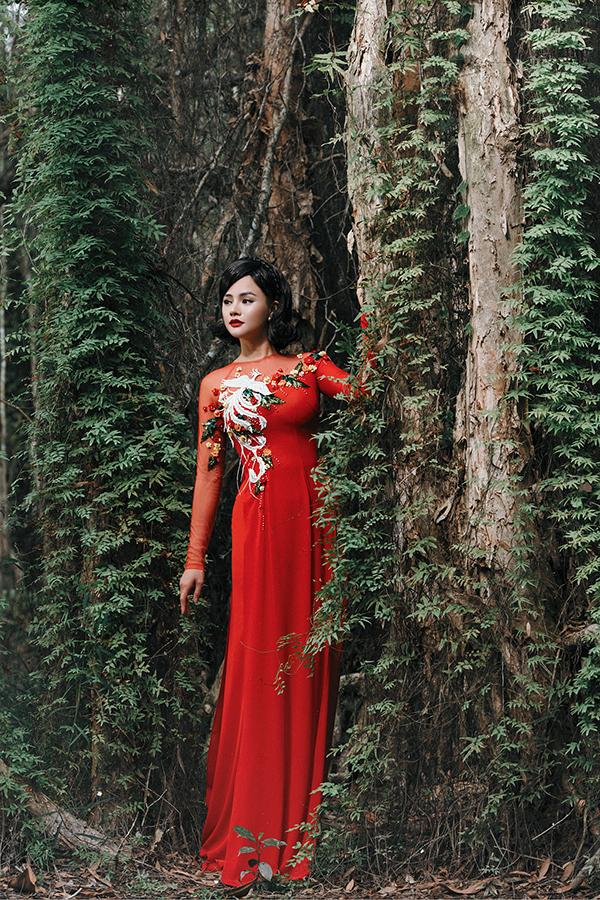 Bộ sưu tập áo dài được chính tay Vũ Thu Phươngchắp bút thiết kế với những đường cutout tinh thế, hình ảnh phượng hoàng cất cao đôi cánh tiếp tục được cô lựa chọn làm hình ảnh chủ đạo.