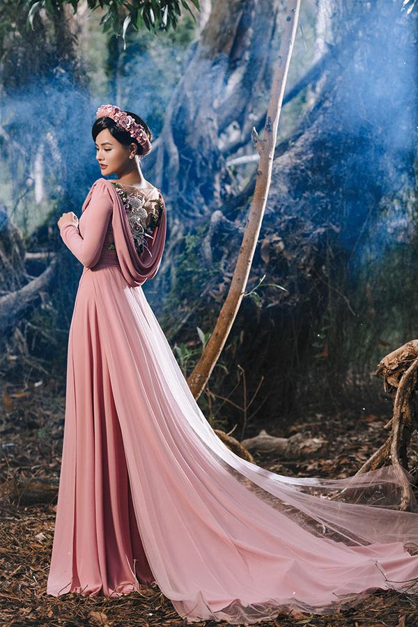 Tà áo dài được may trên các chất liệu lụa cao cấp, đi kèm là các kiểu hoạ tiết được thêu, đính kết thủ công mô tả hình ảnh các loài hoa nở rộ trong không khí mùa xuân.