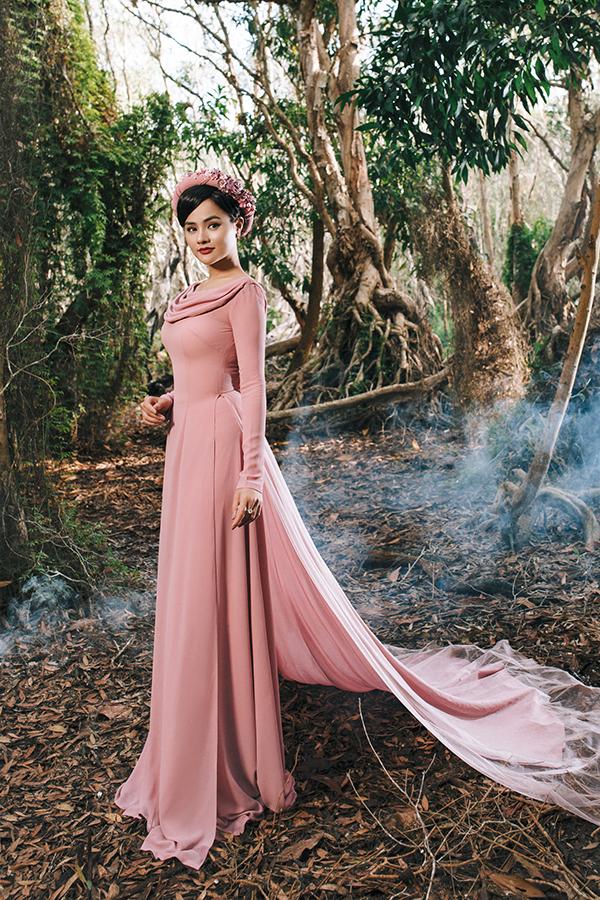 Áo dài dạ hội với điểm nhấn bắt mắt ở cổ áo cách tân tà váy dài và rộng để mang đến sự lộng lẫy cũng được giới thiệu ở bộ sưu tập này.