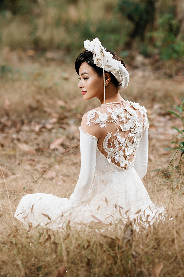 Tạo hình người phụ nữ Việt của thập niên 60, cùng lối makeup nhẹ nhàng nhấn mạnh vào đôi mắt, nhà thiết kế muốn xây dựng hình ảnhmột người phụ nữ đẹp nhẹ nhàng, thanh cao giữa cánh rừng xanh mát.