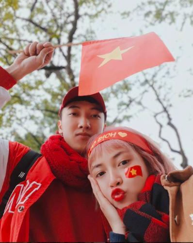 Hot boy, hot girl Việt selfie thể hiện tình cảm với các cầu thủ U23 - 4