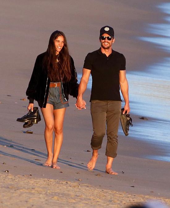 James Franco cùng cô bạn gái Isabel Pakzad đi dạo trên bãi biển Malibu hôm chủ nhật. Cặp đôi mặc đồ giản dị, tay nắm tay hạnh phúc bên nhau.