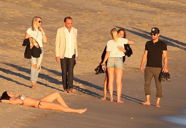 May mắn, bạn gái vẫn luôn ở bên tài tử 39 tuổi giúp anh vượt qua sóng gió. Bố mẹ của cô (ngoài cùng bên trái) cũng tới gặp gỡ nam diễn viên.