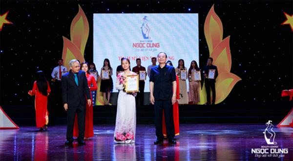 Tại buổi lễ nhận giải, Chủ tịch Hội đồng quản trị bà Đặng Thị Xuân Hương đã thay mặt công ty lên nhận bằng khen và cúp lưu niệm.