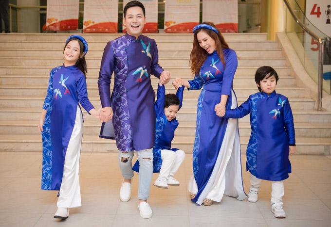 Phan Anh đang có cuộc sống hôn nhân viên mãn với ba nhóc tỳ. Trong khi hai cậu út rất tinh nghịch, con gái đầu lòng Bo lại ra dáng thiếu nữ và giúp bố mẹ quản lý hai em.