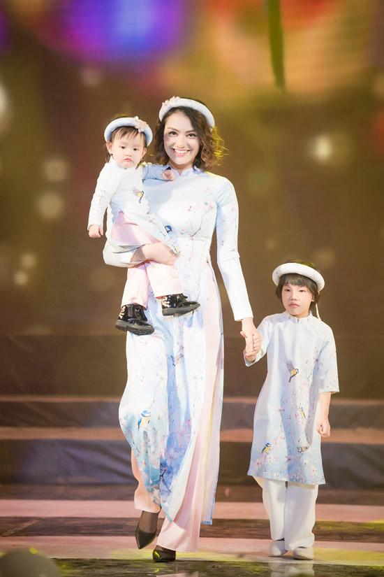 Cô cũng bế con gái Cherry mới hơn 1 tuổi lên sàn diễn.
