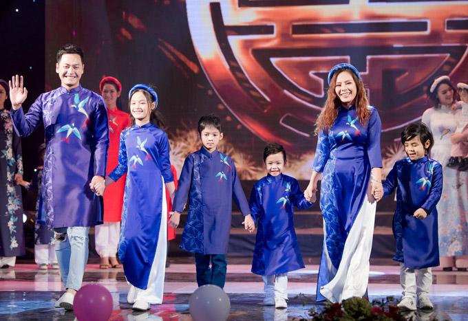 Trong chương trình từ thiện Tết cho trẻ em nghèo vào tối qua (29/1), vợ chồng MC Phan Anh gây bất ngờ khi cùng vợconxuất hiện trên sân khấu với vai trò người mẫu. Chàng MC cho biết, anh nhận lời của Hoa hậu Ngọc Hân, diễn vedette cho bộ sưu tập áo dài cho cô. Cả gia đình anh cùng catwalk với một em nhỏ của làng trẻ SOS Hà Nội.