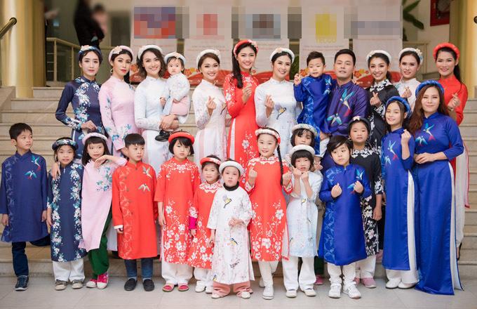 Gia đình Phan Anh vui vẻ chụp ảnh kỷ niệm bên Ngọc Hân và dàn mẫu tham gia trong chương trình.