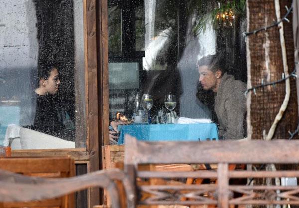 Cả hai dường như có cuộc nói chuyện căng thẳng trong bữa tối. Vẻ mặt của người đẹp 24 tuổi lộ rõ sự tức giận.