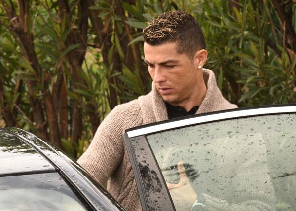 C. Ronaldo trầm ngâm khi vào xe rời đi sau bữa tối.