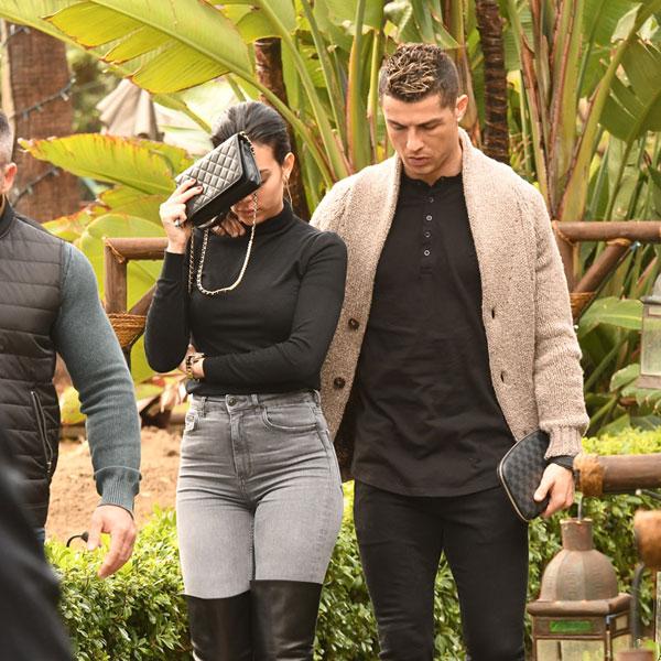 Tuy nhiên, C. Ronaldo và bạn gái lại có tâm trạng không vui vẻ khi đi ăn tối ở một nhà hàng sang trọng tại Marbella. Gương mặt Georgina Rodriguez lạnh lùng không phản ứng trước cử chỉ tình cảm của bạn trai.