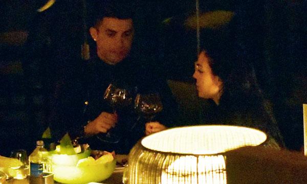Người đẹp 24 tuổi có vẻ miễn cưỡng cụng ly với bạn trai.