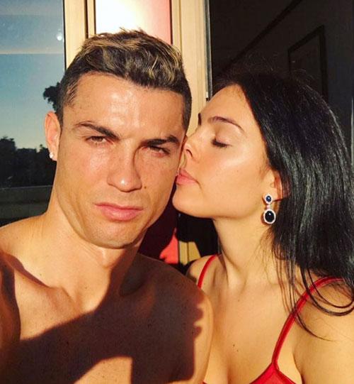 Vài ngày trước sinh nhật, Georgina Rodriguez đăng ảnh tình cảm bên C. Ronaldo và chú thích: Giống hai con mèo dưới nắng. Các fan của tiền đạo Real cho rằng, bức ảnh được chụp khi CR7 chưa bị chấn thương rách đuôi mắt nên vẫn còn đẹp trai ngời ngời.