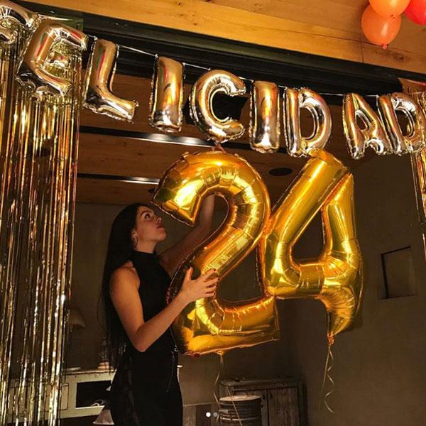 Trong ngày sinh nhật hôm 28/1, Georgina chia sẻ ảnh chụp một mình và bên bạn bè, không có mặt C. Ronaldo. Chào mọi người, hôm nay là sinh nhật của tôi. Tôi muốn gửi lời cảm ơn tất cả vì đã luôn yêu thương, ủng hộ và đồng hành cùng tôi thêm một năm nữa trong cuộc đời. Tôi vân còn ăn mừng với nhiều người đặc biệt nữa, bà mẹ một con viết.