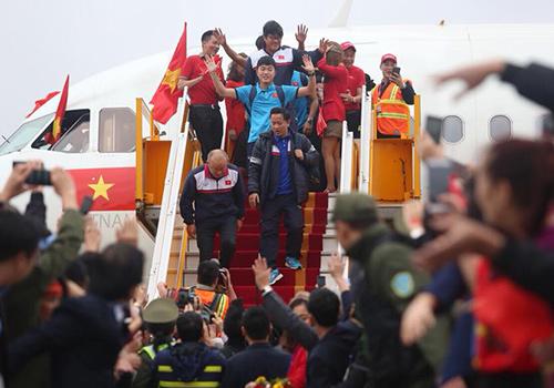 Máy bay chở đội tuyến U23 hạ cảnh tại sân bay Nội Bài. Ảnh: Ngọc Thành