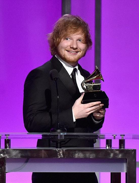 Ed Sheeran nhận giải Grammy năm 2016.