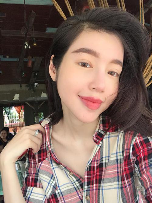 Elly Trần đi cà phê, tự nhận mình đang diện bà ngoài style.
