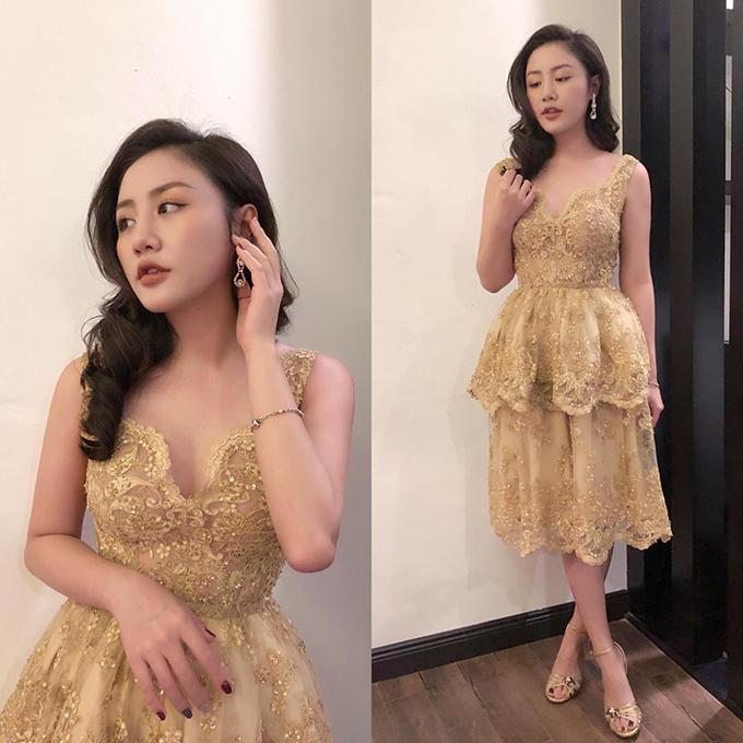 Văn Mai Hương than thở vì mưa rét mà vẫn phải diện chiếc váy khá mát mẻ để trình diễn.