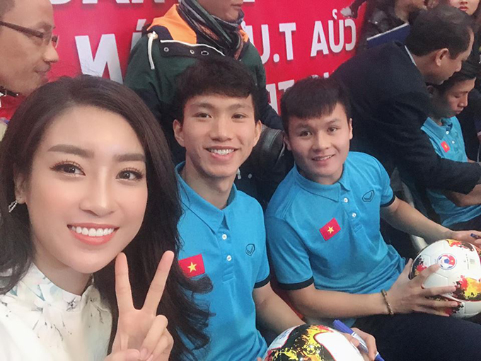 Hoa hậu Mỹ Linh hội ngộ các cầu thù U23 Việt Nam, trong đó có Quang Hải và Văn Hậu, trong buổi giao lưu trực tuyến cùng độc giả.