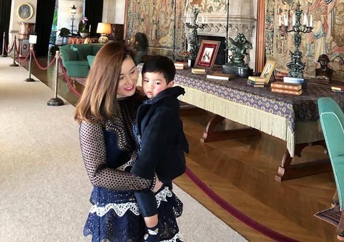 Thiên Từ nhà Đan Trường được mẹ bế khi tham quan ngôi nhà lớn nhất nước Mỹ.