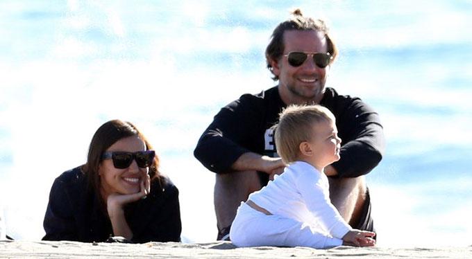 Vào tuần trước, gia đình Irina-Bradley cùng nhau đi chơi ở bãi biển Malibu, California. Cặp sao không ngừng ngắm thiên thần nhỏ 10 tháng tuổi vui đùa và tập đi trên cát.