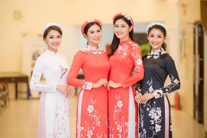 Ngọc Hân, Thanh Tú rạng rỡ bên Ngọc Nữ và một người mẫu ở hậu trường show diễn.