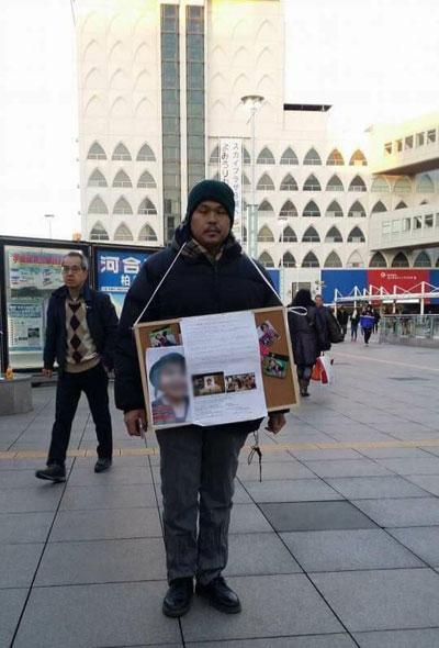 Cha bé Nhật Linh đứng tại các cửa ga để xin chữ ký của người qua đường.