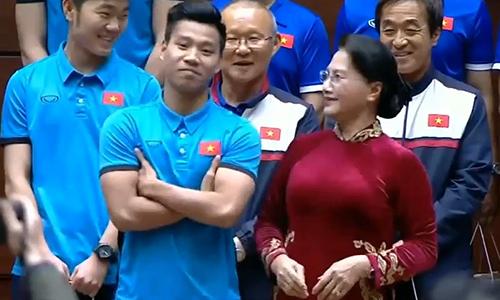 Văn Thanh diễn lại 'pha ăn mừng để đời' khi gặp Chủ tịch Quốc hội