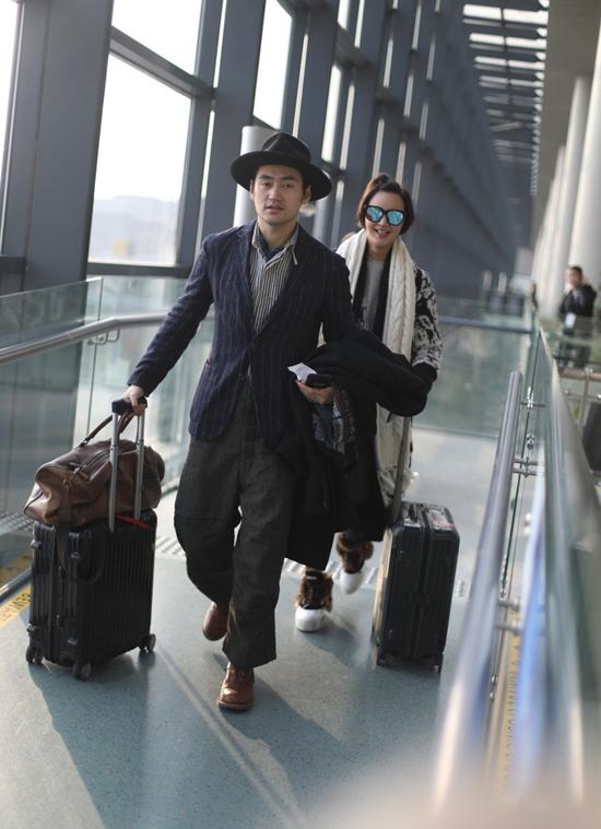 Viên Hoằng và bà xã Trương Hâm Nghệ xuất hiện ở sân bay Hồng Kiều, Thượng Hải hôm 29/1. Kết hôn đã được gần một năm, hai vợ chồng rất tâm đầu ý hợp, lúc nào cũng quấn quýt bên nhau.