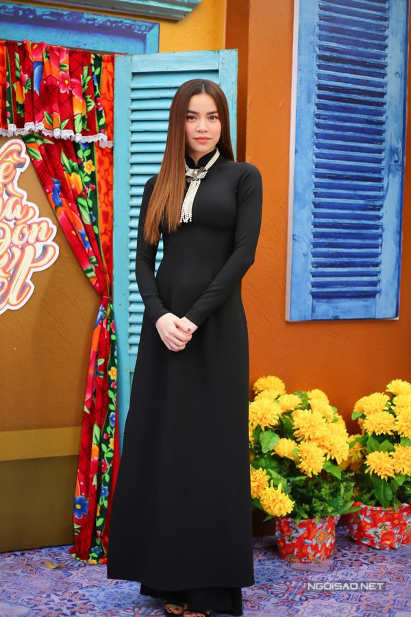 Sự kiện diễn ra chiều 30/1 tại TP HCM. Hồ Ngọc Hà mặc áo dài đen đến dự, trông sang trọng và có chút bí ẩn.
