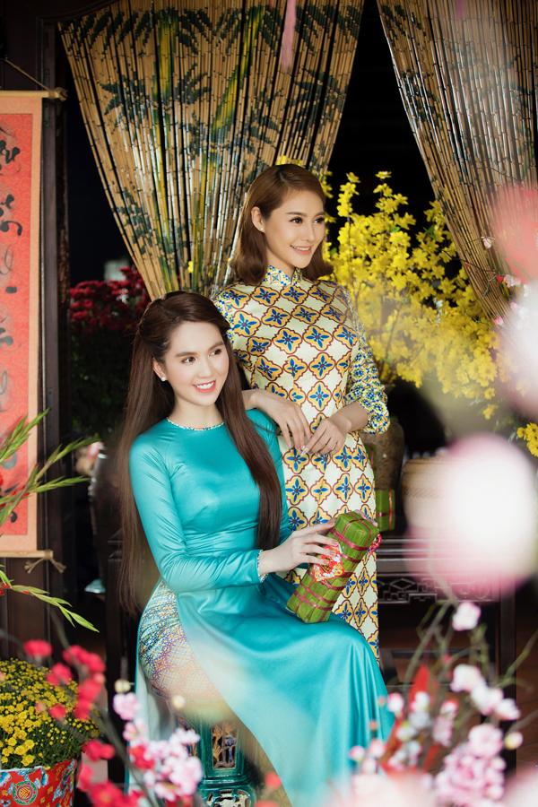 Ngọc Trinh duyên dáng bên cô em đồng nghiệp Linh Chi.