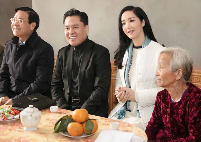 Các cán bộ thuộc Công đoàn lao động tỉnh Phú Thọ đồng hành cùng Hoa hậu đền Hùng trong hoạt động ý nghĩa này.