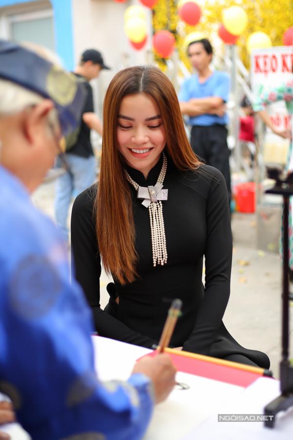 Nữ ca sĩ vừa làm MC vừa hát trong Gala nhạc Việt, đến nay đã được 11 số. Hà Hồ được khen có khiếu ăn nói, tung hứng cùng Trấn Thành rất ăn ý.