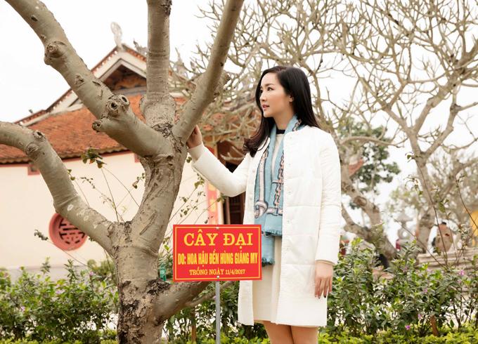 Người đẹp có dịp thăm lại cây hoa đại cô đã trồng gần một năm trước ở Phú Thọ.