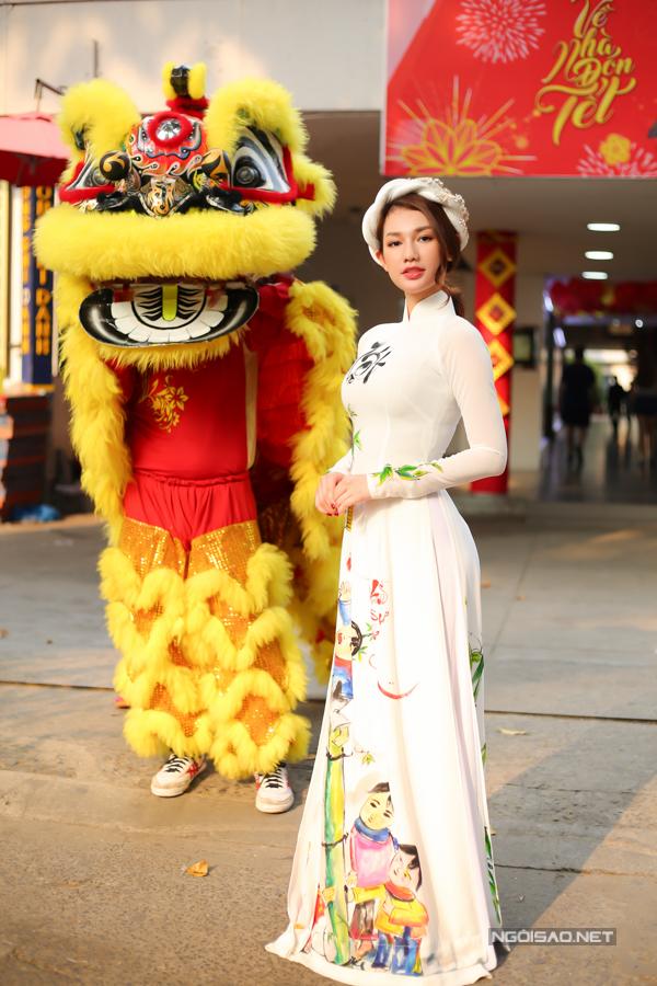 Quỳnh Chi dẫn dắt buổi ra mắt DVD chủ đề Về nhà đón Tết.