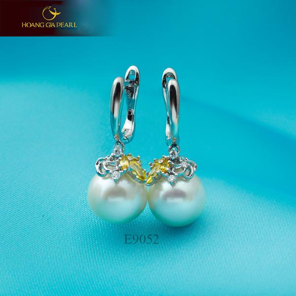 Kiểu hoa tai ngọc trai sắc trắng đính đá vàng còn mang ý nghĩa may mắn, phong thủy.