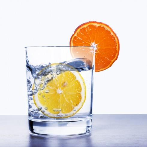 Uống nước đầy đủ để môi luôn căng mọng.