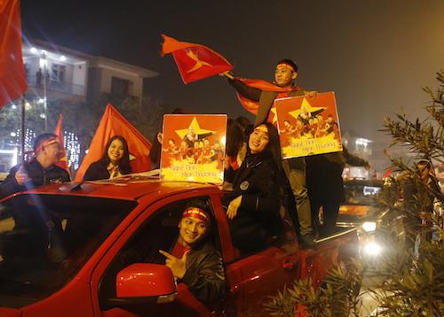 Hàng nghìn người dân Nghệ An tối 30/1 diễu hành đón các cầu thủ U23. Ảnh: Quang Vinh.