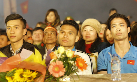 Hàng nghìn người dân Nghệ An đổ ra đường đón các cầu thủ U23 về quê