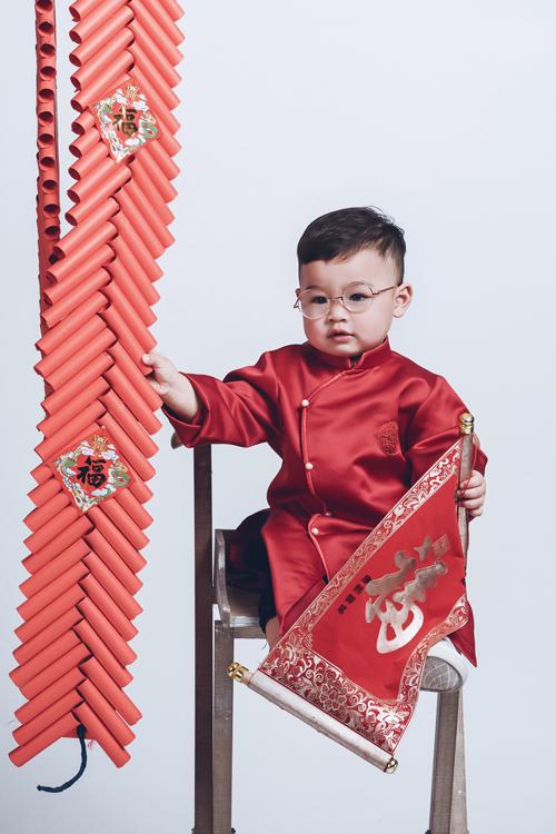 DJ gọi con trai mình bằng cái tên dễ thương là Nguyễn Bis. Cậu bé được hơn 2 tuổi lần đầu đi chụp ảnh cùng bố mẹ nhưng đã hợp tác ăn ý.