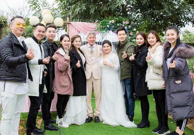 Vợ chồng NSND Thanh Hoa vui vẻ chụp hình bên ê kíp chương trình Người phụ nữ hạnh phúc.