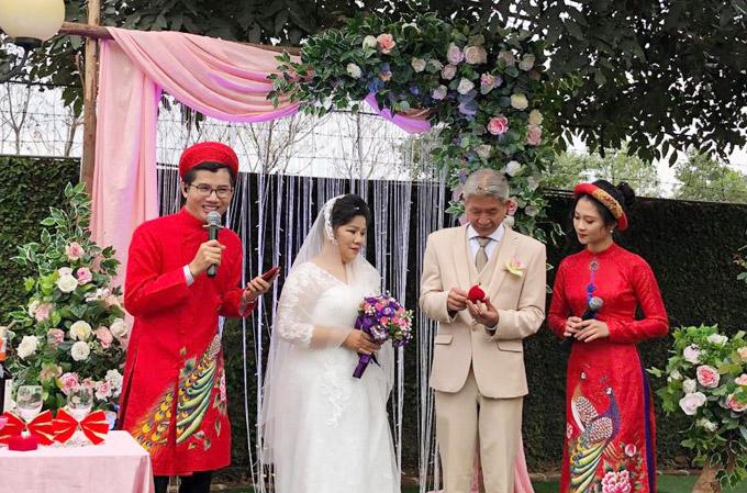 Hôn lễ được diễn ra trong khuôn viên nhà riêng của NSND Thanh Hoa. Hai vợ chồng nữ nghệ sĩ thực hiện các màn nghi thức truyền thống như trao nhẫn cưới, cắt bánh mừng.
