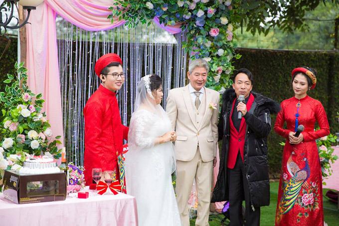 Nghệ sĩ Việt Hoàn, một người học trò của Thanh Hoa cũng đến chúc mừng cho hôn lễ của cô giáo.