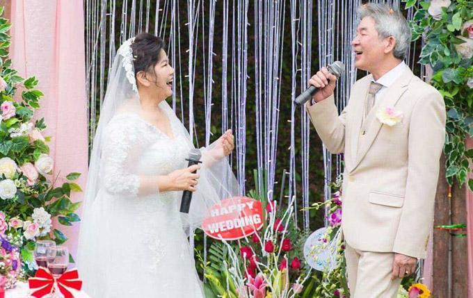 Cả hai còn hòa giọng song ca bài hát Gửi em ở cuối sông Hồng rất ngọt ngào khiến các vị khách vỗ tay không ngừng.